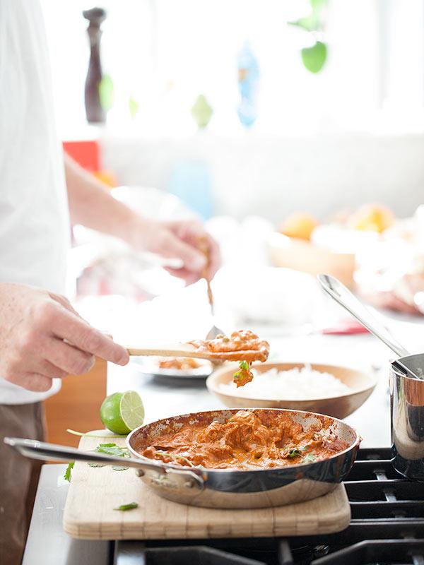 Servir du poulet au beurre indien sur du riz basmati