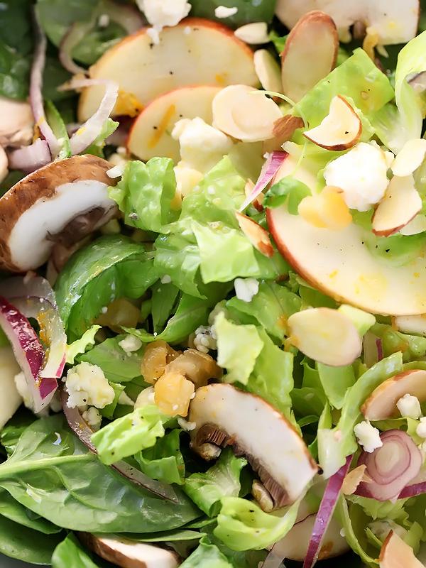 Salade verte aux pommes, poires et champignons avec vinaigrette à la moutarde orange foodiecrush.com
