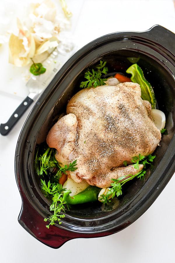 Poulet entier à la mijoteuse |  foodiecrush.com #recettes #easy #andpotatoes #crockpots #withvegetables #healthy