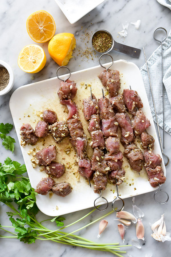 Souvlaki de porc avec riz au citron est l'une de mes recettes grecques préférées et sort juteux du gril à chaque fois #recette #pork |  foodiecrush.com