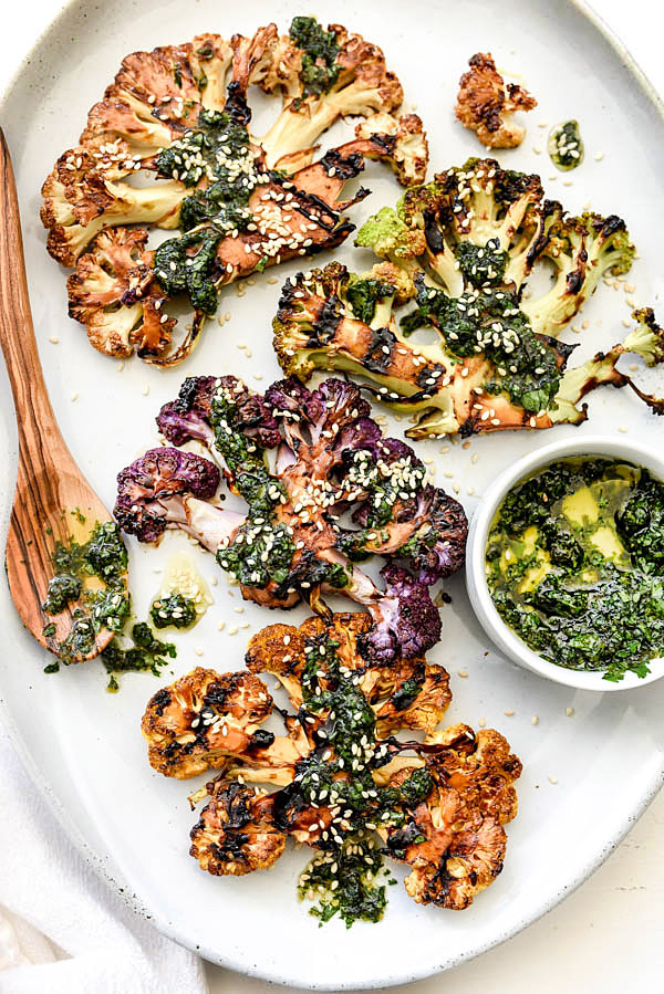 Steaks de chou-fleur grillés avec gremolata asiatique pour une touche végétarienne sur des steaks grillés |  #steak #recettes #head #aliments sainsiecrush.com
