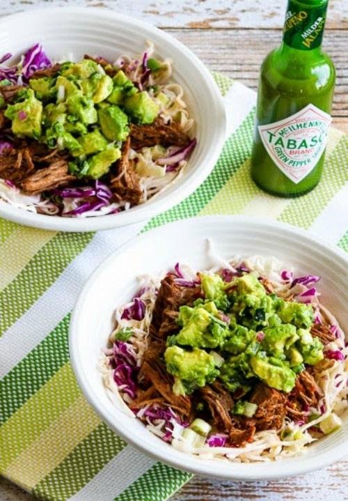 Bol de chou au bœuf râpé au Chili vert à la mijoteuse avec salsa à l'avocat de Kalyn's Kitchen sur foodiecrush.com