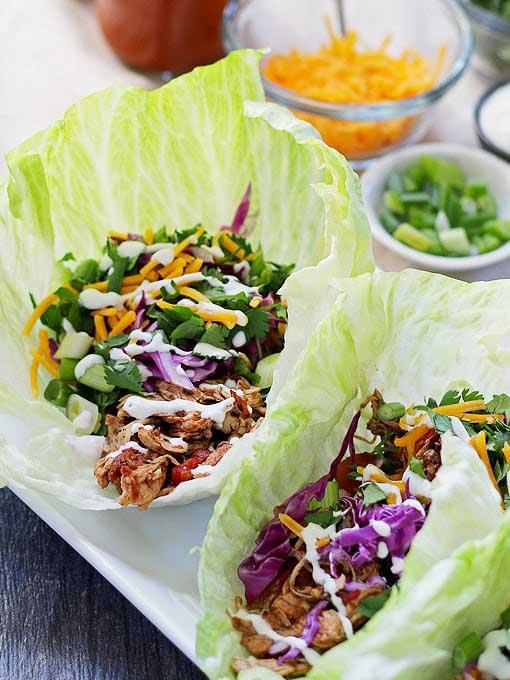 Wraps de laitue taco au poulet à la mijoteuse au miel et au bouleau sur foodiecrush.com