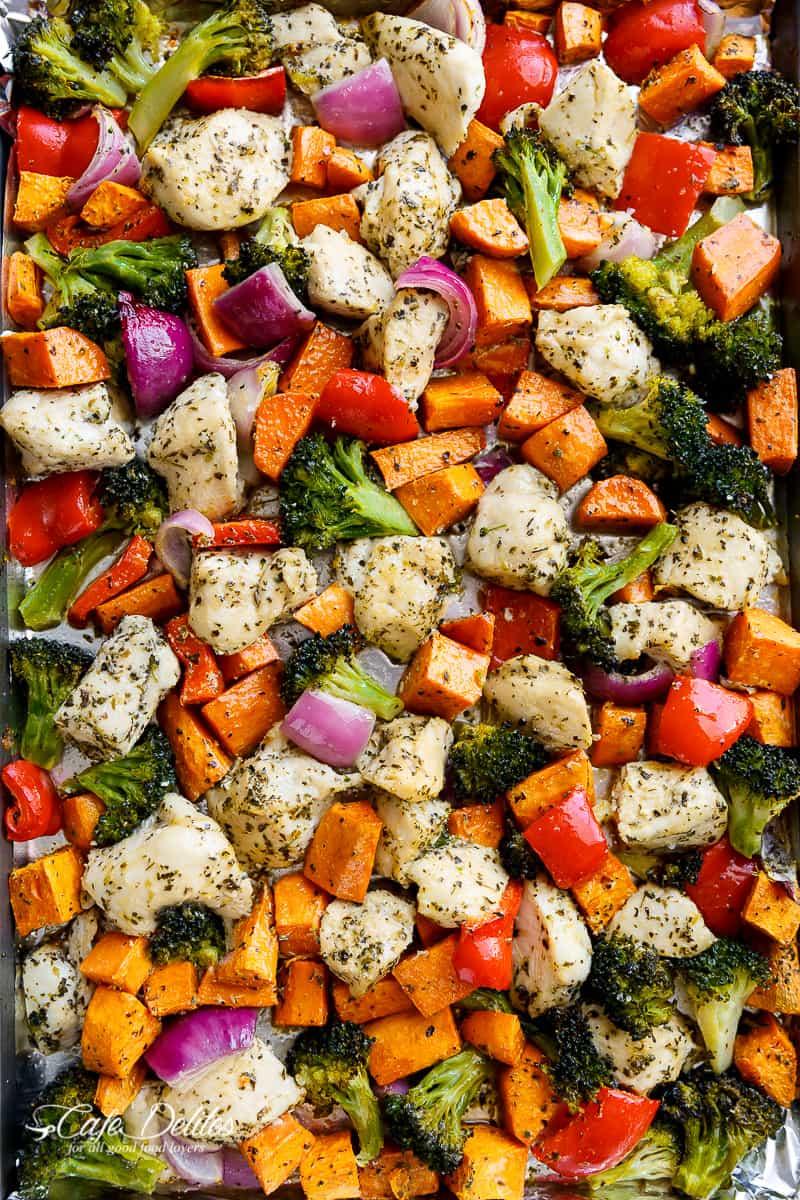 Préparation de repas sur plaque de poulet et patates douces à l'ail et aux fines herbes de cafedelites.com sur foodiecrush.com
