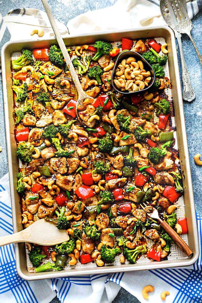 Poulet aux noix de cajou sur une plaque de therecipecritic.com sur foodiecrush.com