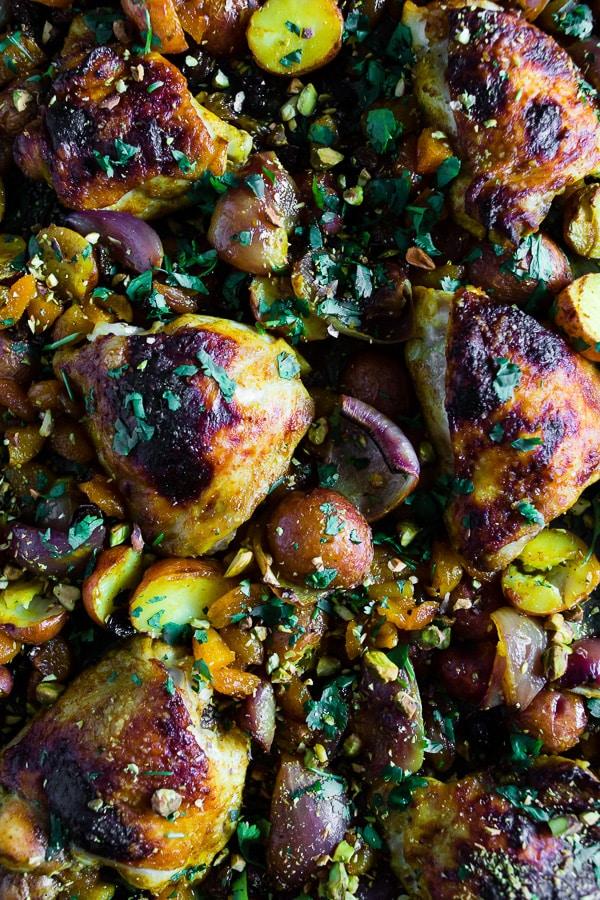 Poulet et pommes de terre à la marocaine sur une plaque de nutmegnanny.com sur foodiecrush.com