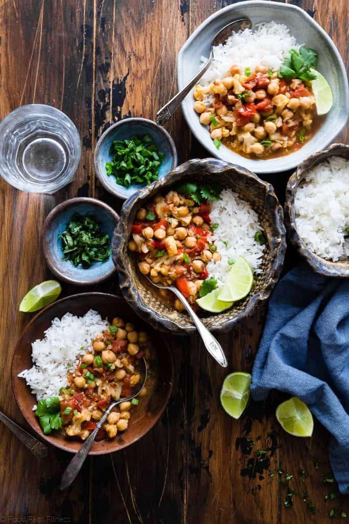 Curry de pois chiches au chou-fleur végétalien facile de foodfaithfitness.com sur foodiecrush.com