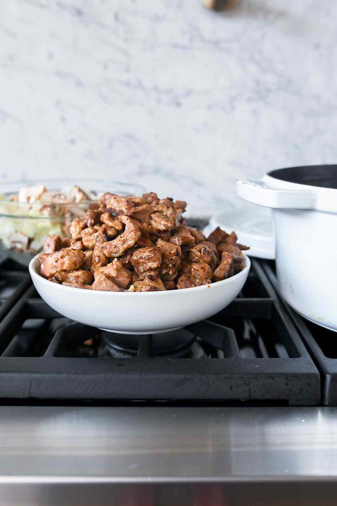 Porc bruni pour ragoût à côté de la marmite au four Staub |  foodiecrush.com #staub #pork #recettes #food #dutchoven