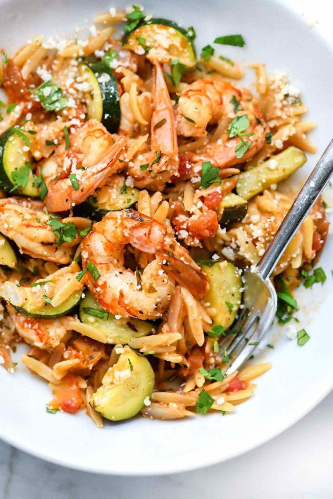 Crevettes mexicaines One-Pot avec orzo et courgettes    foodiecrush.com