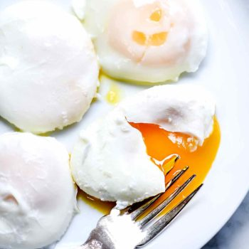How to Make Poached Eggs the Easy Way | foodiecrush.com #poached #eggs #breakfast #recipes #easy #howtomake